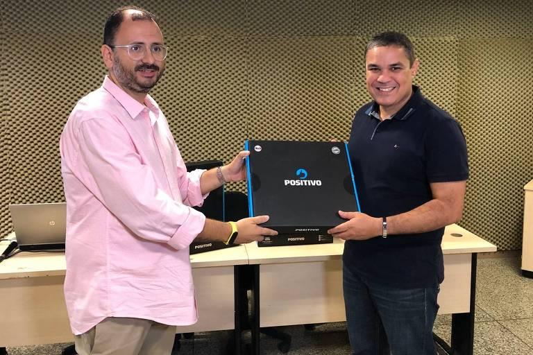 Homem entrega computador a secretário do governo do Amazonas