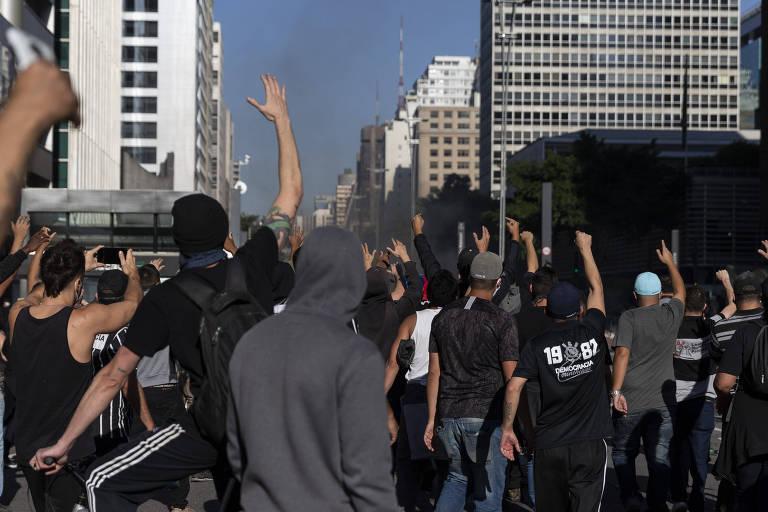 Torcedores de times de São Paulo protestam na avenida Paulista no último domingo (31)