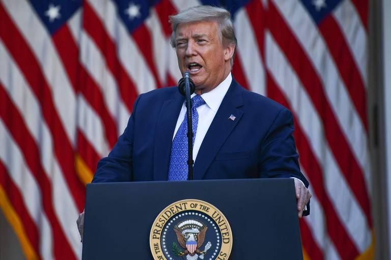 Em púlpito e frente a bandeiras dos EUA, presidente estadunidense discursa