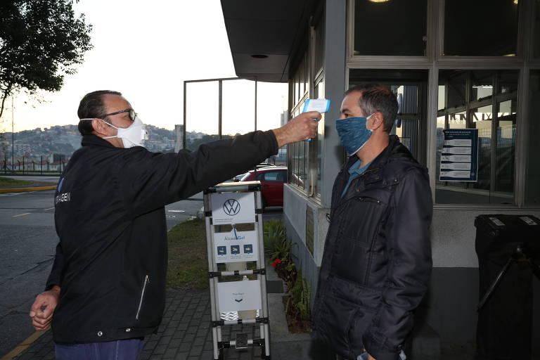 Fábrica da Volkswagen reforça segurança para volta a operar em meio à pandemia