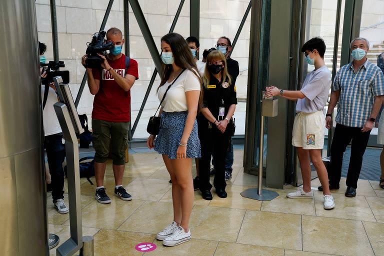 Visitante tem a temperatura corporal medida antes de entrar no museu Guggenheim, em Bilbao