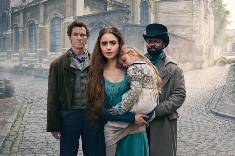 """Dominic West (à esq.) como Jean Valjean, Olivia Colman (no centro) como Madame Thenardier e David Oyelowo, no filme """"Les Misérables"""""""