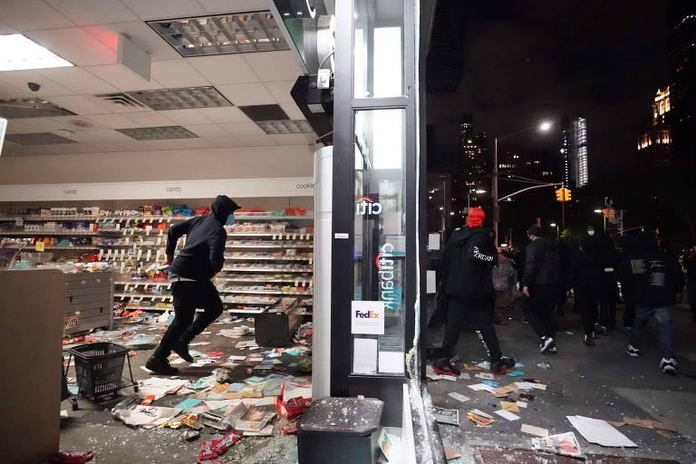 Pessoas saqueiam loja em Nova York durante protestos antirracismo