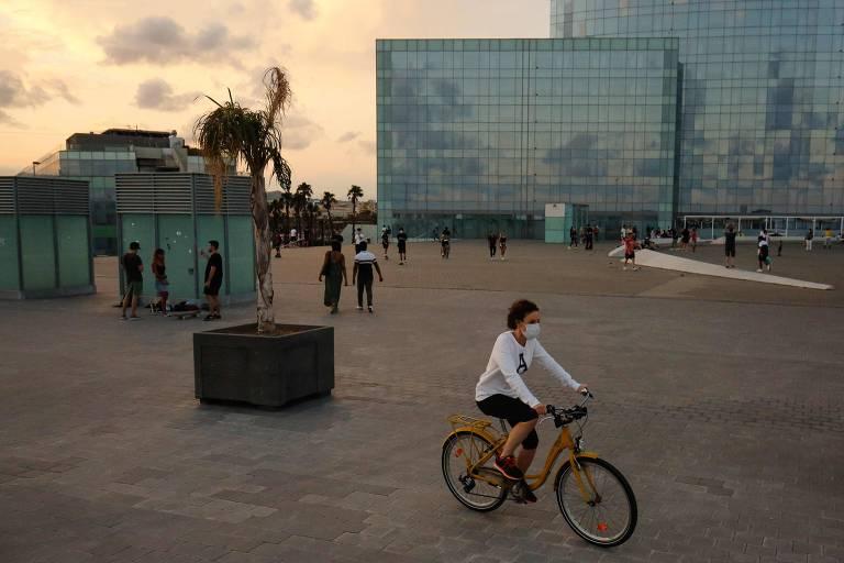 Orla da praia de Barceloneta, em Barcelona, em meio à pandemia de coronavírus