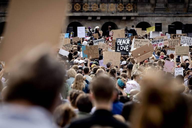 Manifestantes em Amsterdã durante protesto contra a morte de George Floyd