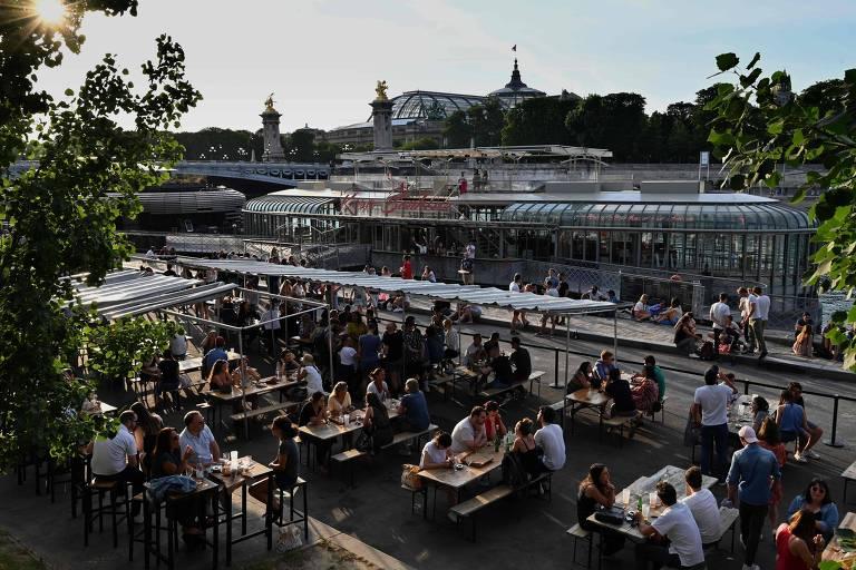 Pessoas comem em Paris no dia em que bares e restaurantes foram autorizados a reabrir no processo de desconfinamento gradual no país
