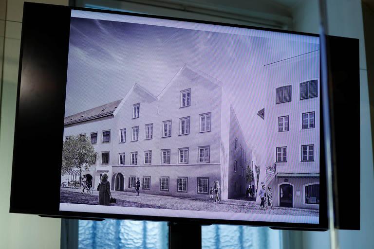 Uma tela de TV mostrando o plano escolhido para o redesenho arquitetônico da casa em que Adolf Hitler nasceu é vista durante uma coletiva de imprensa em Viena, Áustria
