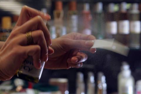 GUARULHOS, SP, BRASIL, 20-10-2008, 14h00: Vendedora borrifa perfume em papel na loja Chamma da Amazonia, que vende produtos vindos da Amazonia, no Aeroporto de Guarulhos. A reportagem de NEGOCIOS fala sobre os comerciantes se planejam para 2009. (Foto: Marcelo Justo/Folha Imagem, SUPLEMENTOS)