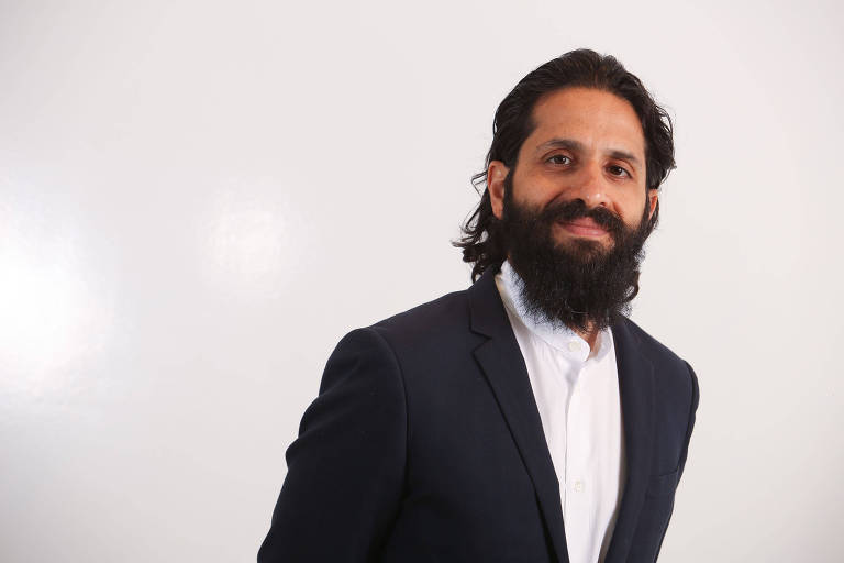 homem indiano com barba