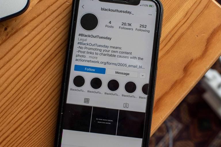 """Tela de celular mostra peril do Instagram com postagens da campanha """"Blackout Tuesday"""""""