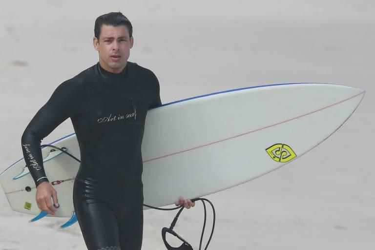 Cauã Reymond sai de casa para surfar em dia de reabertura no Rio de Janeiro