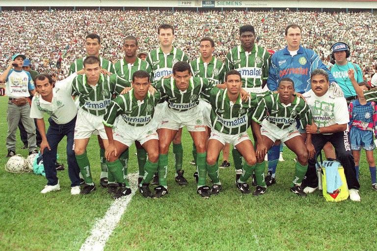 O Palmeiras com os jogadores posados para a foto de Palmeiras, campeão paulista de 1996
