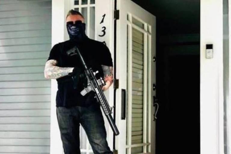 """Craig Gore,roteirista de """"Law & Order"""", faz ameaça com rifle em suas redes sociais"""