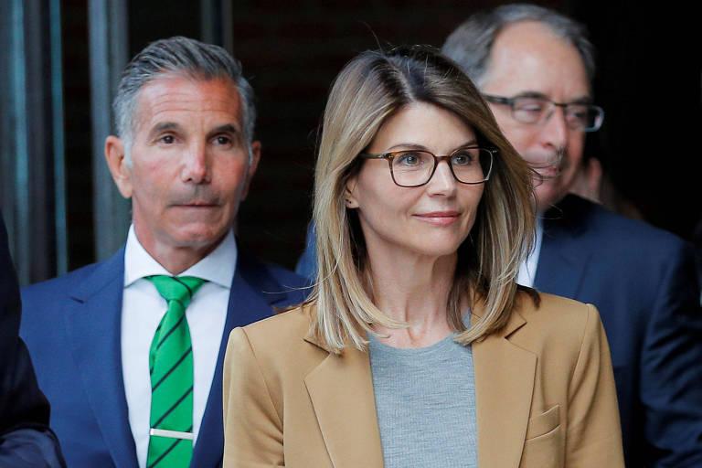 A atriz Lori Loughlin com o marido, Mossimo Giannulli (de gravata verde)