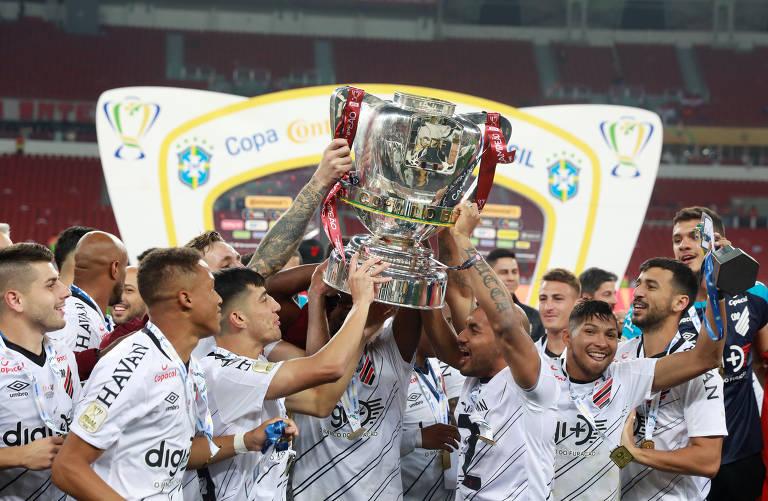 Jogadores do Athletico levantam a taça na conquista da Copa do Brasil