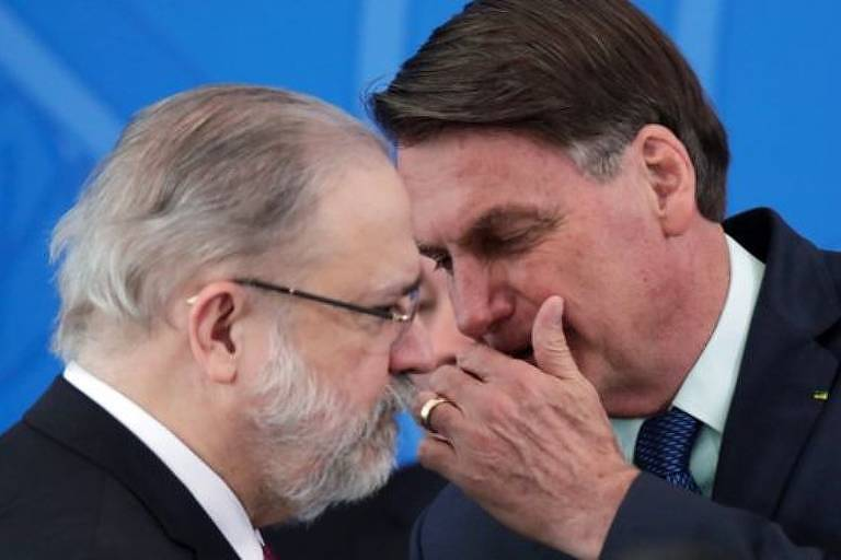 O procurador Augusto Aras escuta o presidente Jair Bolsonaro