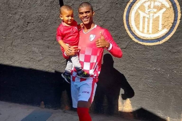 Fernando Tadeu Dias, jogador da várzea de São Paulo, com o filho Miguel, antes de partida na Vila Alpina, zona leste de São Paulo