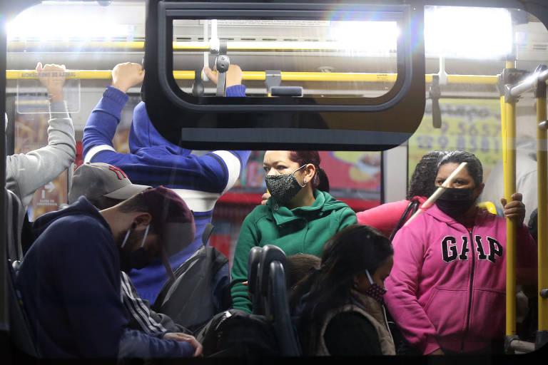 Ônibus lotado em parada na avenida Belmira Marin, no Grajaú, distrito com a maior taxa de deslocamento de pessoas na cidade de São Paulo