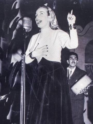 A foto da temporada londrina, em 1948, mostra um bracelete de cobre no punho esquerdo da cantora, que o usou em gravação na BBC: a joia foi arrematada por 1,5 mil reais