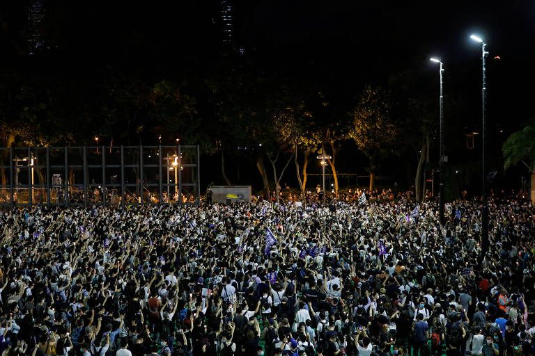 Manifestantes no parque Victoria, em Hong Kong, lembram o Massacre da Praça da Paz Celestial