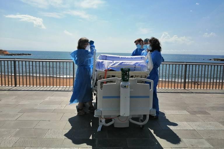 Depois de passar dois meses na UTI, paciente de Covid-19 é levado na cama de hospital para ver o mar