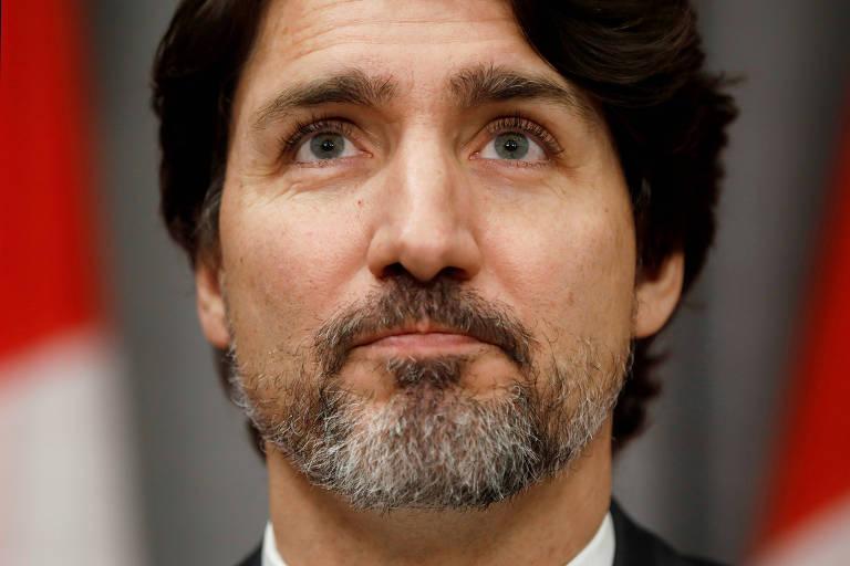 O primeiro-ministro do Canadá, Justin Trudeau, pausa durante entrevista coletiva em Ottawa