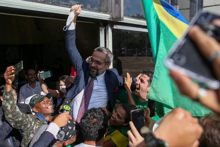 O ministro da Educação, Abraham Weintraub, é carregado por apoiadores ao deixar a sede da Polícia Federal em Brasília