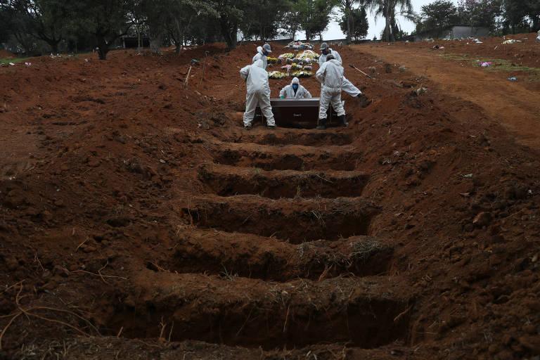 Enterro de José Soares, 48, morto por Covid-19, no Cemitério São Luiz, em São Paulo, nesta quinta (4)