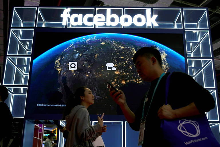 Logo do Facebook em feira na China em 2019; empresa passa a rotular publicações ligadas a mídias estatais