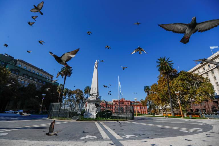 Praça de Maio vazia durante a quarentena obrigatória em Buenos Aires