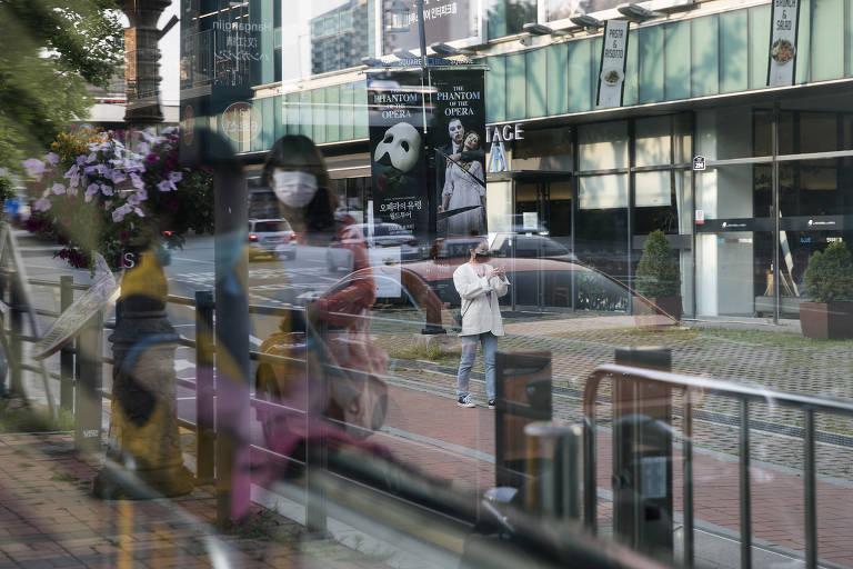 Cartazes de 'O Fantasma da Ópera' de fora do teatro Seul, em foto de 28 de amio de 2020; no resto do mundo, teatros foram fechados pela pandemia