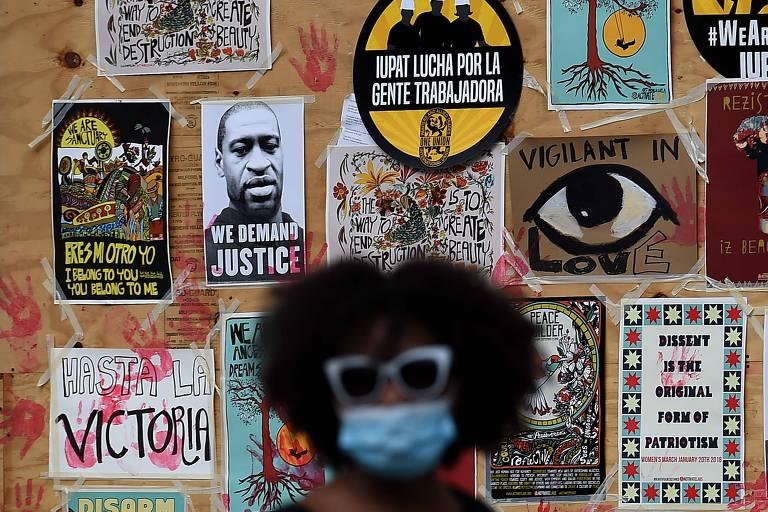 Manifestante em frente a mural em homenagem a George Floyd em protesto próximo à Casa Branca, em Washington