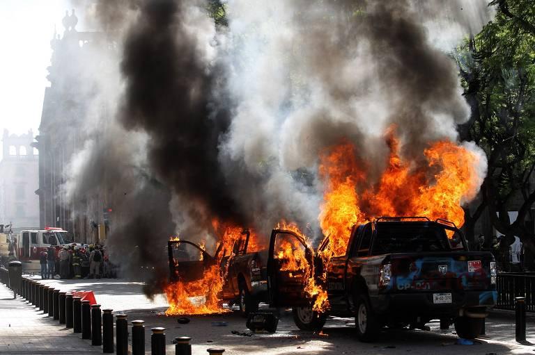 Manifestantes incendeiam viaturas em Guadalajara durante protestos devido à morte de homem pela polícia