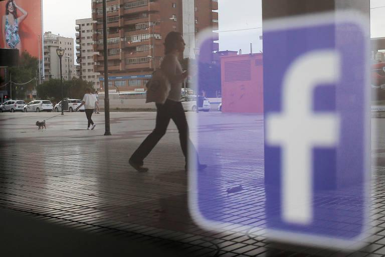Logo do Facebook em uma loga em Málaga, na Espanha