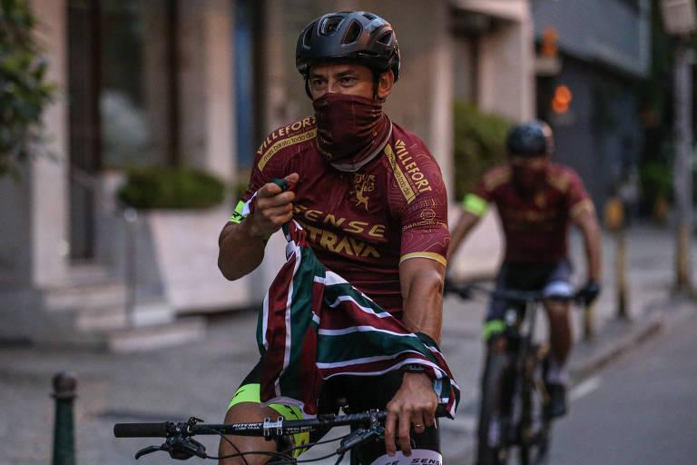 Fred chegou à sede do Fluminense de bicicleta na manhã desta sexta-feira (5)