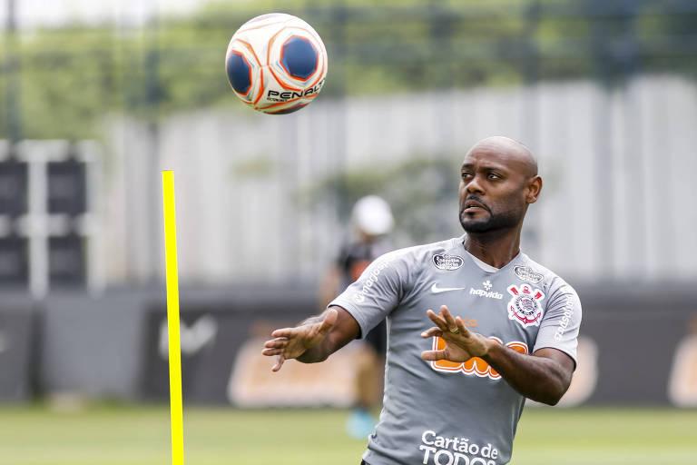 Vagner Love em treino do Corinthians antes da pandemia da Covid-19