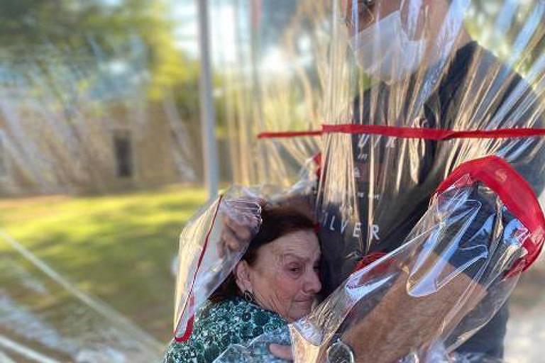 Casa de atendimento a idosos no RS cria 'túnel' do abraço