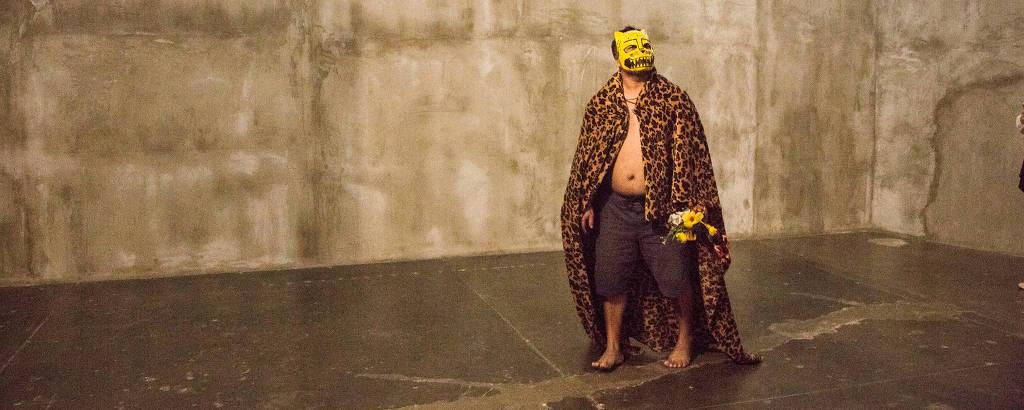 Homem com fantasia de onça-pintada