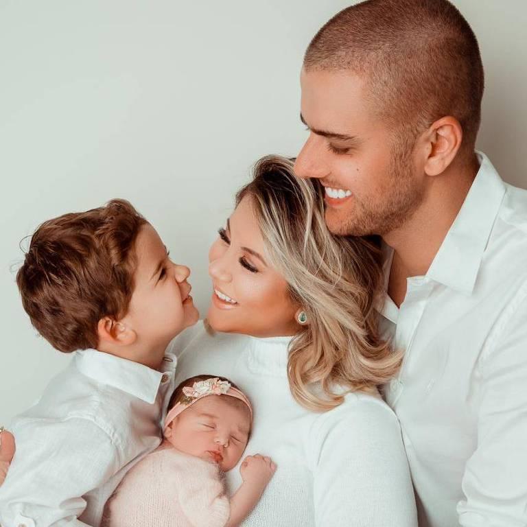 Zé Neto, a esposa Natália Toscano, e os filhos