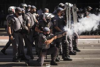 Para dispersar manifestacao Policia Militar e Tropa de Choque entram em confronto com Coletivos de torcidas de futebol antifacistas e  Gavioes da Fiel na av Paulista