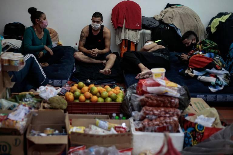 Os colombianos sobrevivem de doações enquanto esperam resposta sobre sua situação