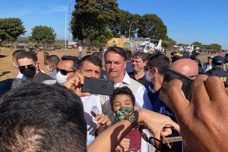 O presidente Jair Bolsonaro (sem partido) visita, neste sábado (6), o Comando de Artilharia do Exército que fica em Formosa, no Entorno do Distrito Federal.ele chegou de helicóptero ao posto da Polícia Rodoviária Federal (PRF) mais próximo do local, na BR-020, sem máscara, e abraçou e tirou foto com policiais e pessoas que passavam pelo local