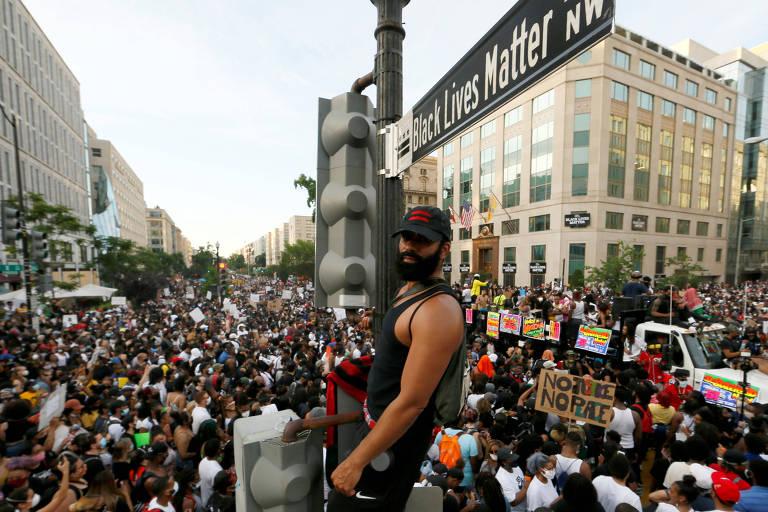 Manifestante durante protesto em rua de Washington rebatizada como Black Lives Matter (vidas negras importam)