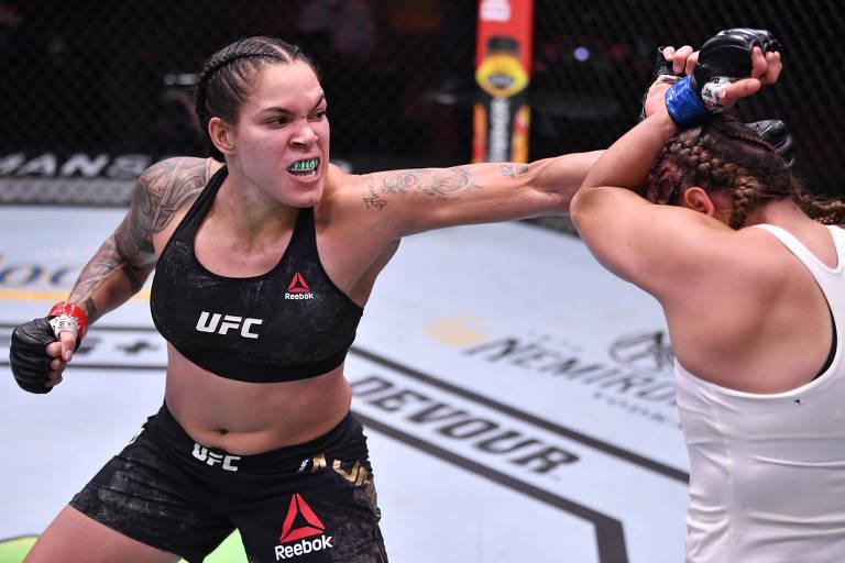 Brasileira Amanda Nunes durante luta contra a canadense Felicia Spencer