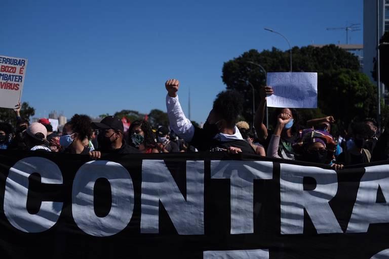 Manifestantes protestam contra o governo Bolsonaro na Esplanada dos Ministérios, em Brasília, na manhã deste domingo (7)