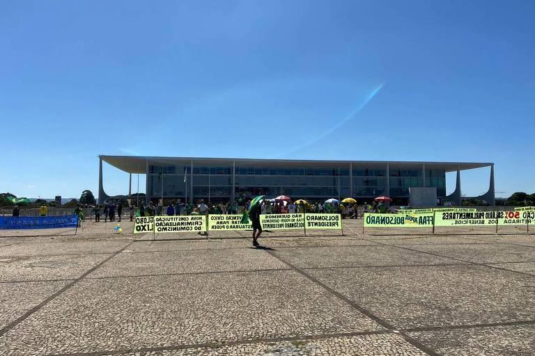 Dezenas de manifestantes a favor de Bolsonaro, na Praça dos Três Poderes, em frente ao Palácio do Planalto