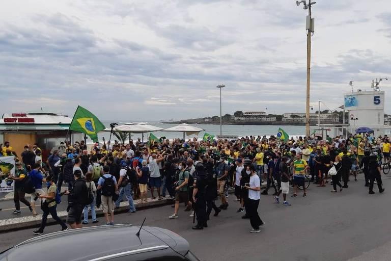 Manifestantes fazem ato pró-Bolsonaro em Copacabana, no Rio, na manhã deste domingo (7)