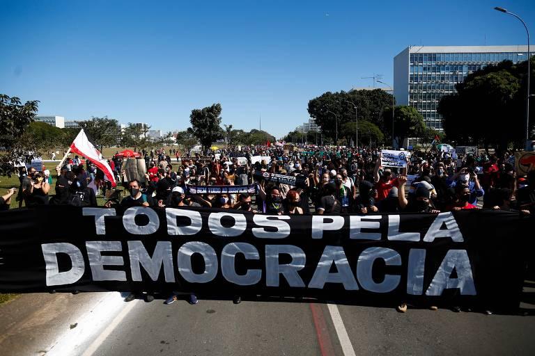 """Faixa """"Todos pela democracia"""" é segurada por manifestantes."""