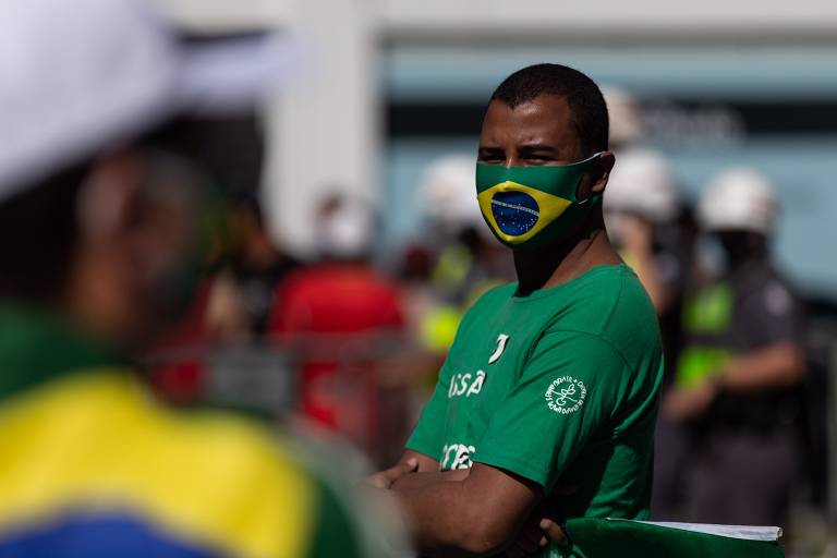 Manifestante usa máscara com bandeira do Brasil