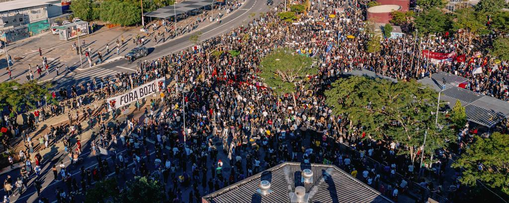 Manifestantes no Largo da Batata, em SP, em ato contra o governo Bolsonaro